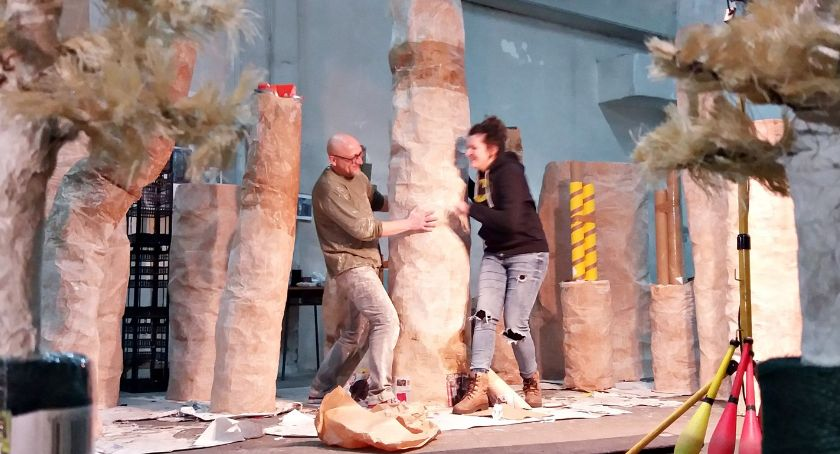 okazjonalne, Filmowe drzewa papieru elementy scenografii autorstwa płońszczanina - zdjęcie, fotografia