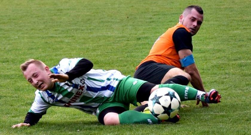 piłka nożna, Sobotni raport ligowy wygranej okręgówce - zdjęcie, fotografia