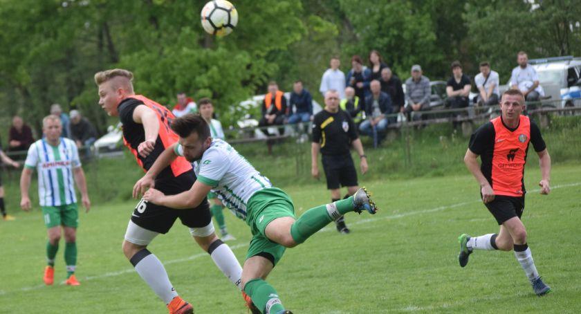 piłka nożna, okręgowa Derby zdecydowanie - zdjęcie, fotografia