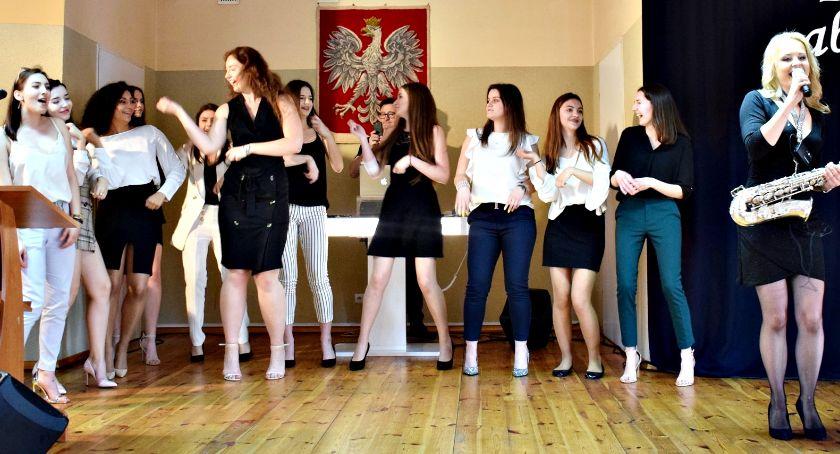 imprezy szkolne, Zabawą maturzystów pożegnanie ogólniakiem - zdjęcie, fotografia