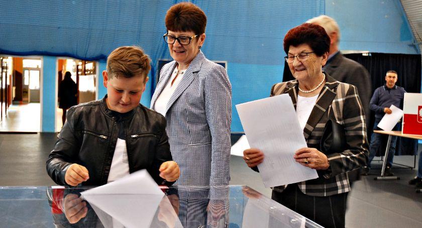 polityka, zdecydowanie wygrał blisko procent poparcia - zdjęcie, fotografia