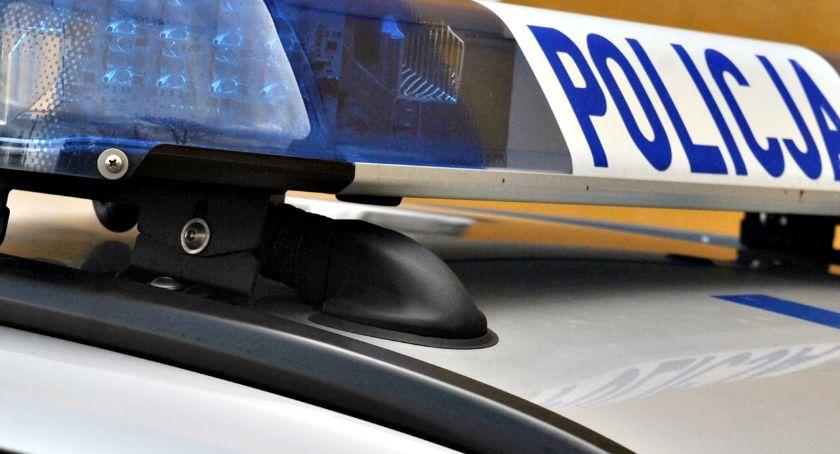 policja na drodze, Policjant służbie zatrzymał pijanego (ponad promile) kierowcę - zdjęcie, fotografia