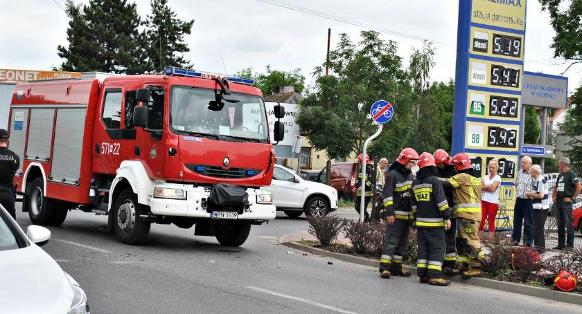 wypadki, Zderzenie osobowego peugeota motorowerem ranny latek - zdjęcie, fotografia