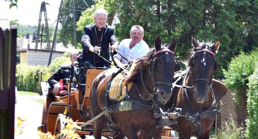 religijnie, Królewie spełniają marzenia nawet biskupa który powoził bryczką - zdjęcie, fotografia