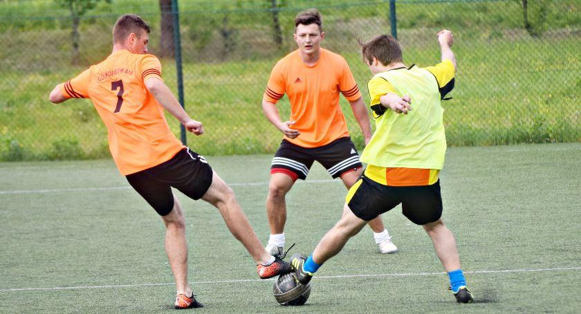 piłka nożna, Estella zdecydowanie czele - zdjęcie, fotografia
