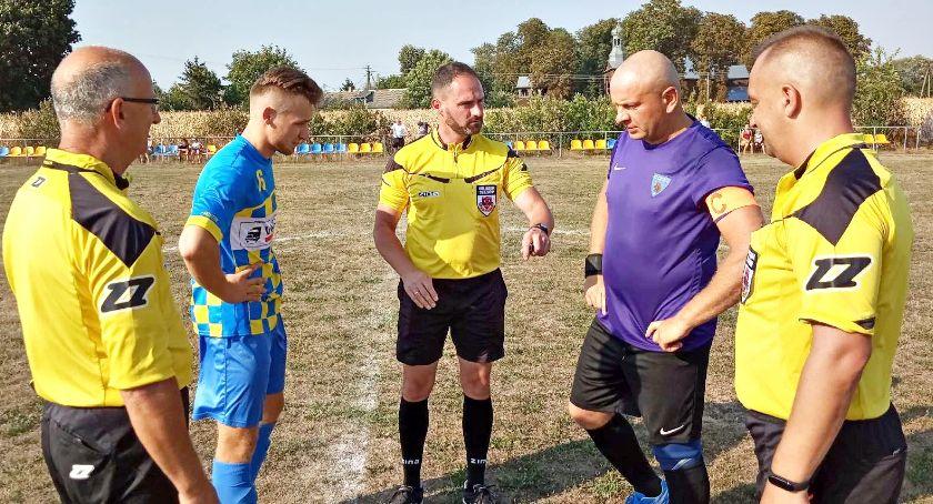 piłka nożna, Piłkarska niedziela lepsza soboty wygrane Błękitnych Gumina derbowe emocje meczu Jutrzenka Gladiator - zdjęcie, fotografia