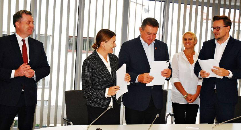 inwestycje, Kolejny wielomilionowej inwestycji umowy ścieżki podpisane - zdjęcie, fotografia