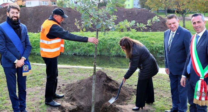 samorząd, Płońskie upamiętnienie zmarłego burmistrza Notaresco - zdjęcie, fotografia