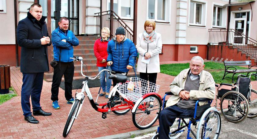 """inicjatywy, Kolejny sprzęt osób niepełnosprawnych akcję grupy """"Dwa kółka spółka"""" Kroczewa - zdjęcie, fotografia"""