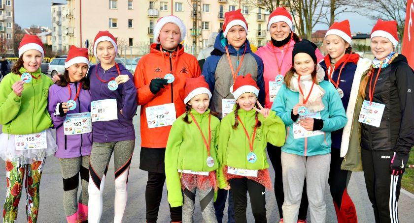 charytatywnie, Mikołaje pobiegli charytatywnie zebrano prezenty dzieci - zdjęcie, fotografia