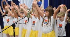 Taniec, śpiew i... miś od dzieci dla biskupa w Nowym Mieście