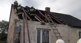Uszkodzone dachy czterech budynków