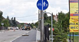 Szeroka ścieżka rowerowa i chodnik... ze słupami?