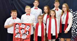 116 uczniów śpiewa hymn, Rotę i Boże coś Polskę