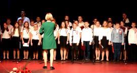 Ziemia Płońska Niepodległej – śpiewa chór Szkoły Podstawowej nr 2 w Płońsku