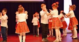 Ziemia Płońska Niepodległej – łowickiego Klapoka tańczą dzieci z Przedszkola nr 4 w Płońsku