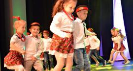 Ziemia Płońska Niepodległej – szota tańczą dzieci z Przedszkola nr 2 w Płońsku