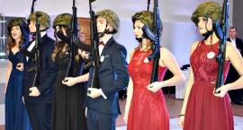 Studniówkowa wideoteka - garnitury,  sukienki i… karabiny na balu ZS 1 Płońsk