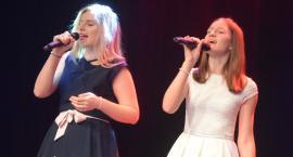 Ostatki z piosenką - śpiewają lokalne talenty - Karolina Adamska i Weronika Wachocka