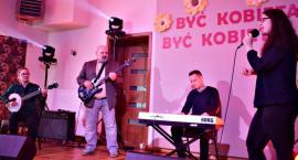 Koncert w Nowym Mieście - śpiewa Karolina Konopa z zespołem