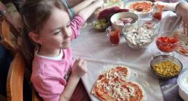 Przedszkolaki na nauce robienia pizzy