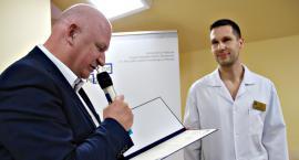 Dyplom od dyrekcji dla ginekologa-sportowca