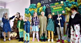 Dzień teatru w Jońcu - na scenie grupa z Domu Dziecka