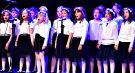 Zaśpiewali w obcych językach - na scenie chór SP 2