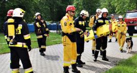 Bomba, pożar, jednostka z wyszkolonymi psami, czyli ćwiczebnie na ratunek do szkoły w Naruszewie