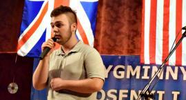Poetycznie i śpiewająco w GOK - na scenie Adam Tobolski