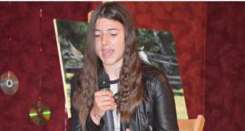 Poetycznie i śpiewająco w GOK - na scenie Wiktoria Burkacka