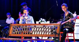 Przedstawienie młodzieży z koła teatralnego z Plastusia w muzycznej pigułce filmowej