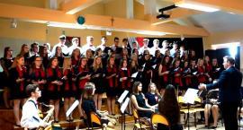 """Koncertujemy niepodległościowo - """"Piechota"""" w wykonaniu orkiestry i chóru LO Płońsk"""
