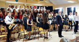 """Koncertujemy niepodległościowo - """"Serce w plecaku"""" w wykonaniu orkiestry i chóru LO Płońsk"""