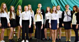 """Konkurs piosenki religijnej w Gralewie - na scenie schola """"Boże iskierki"""""""