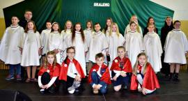 """Konkurs piosenki religijnej w Gralewie - na scenie schola """"Mocni w uchu"""""""