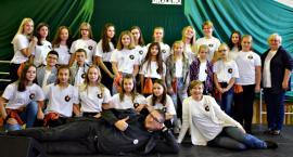 """Konkurs piosenki religijnej w Gralewie - na scenie schola """"Natchnieni"""""""