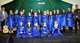 Konkurs piosenki religijnej w Gralewie - na scenie schola parafialna z Gralewa