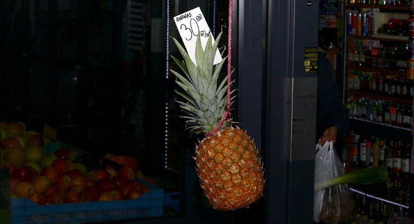 handel i usługi , Prawdziwy ananas samolotem - zdjęcie, fotografia