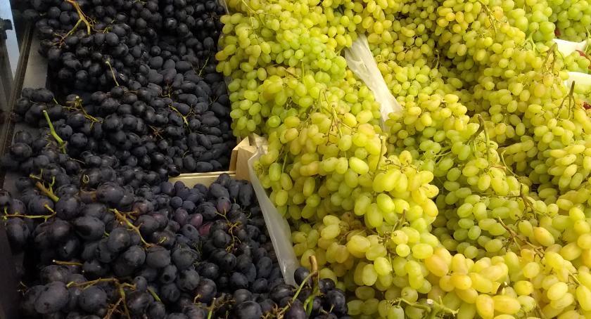 handel i usługi , Nietypowe danie winogronami - zdjęcie, fotografia