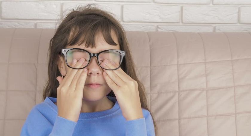 Pocieranie oczu przez dziecko - co robić?