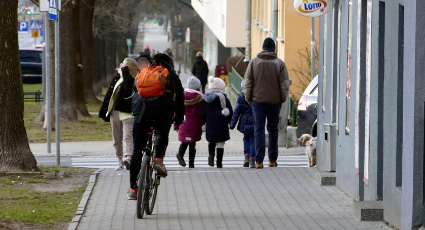 bezpieczeństwo, Piesi opuszczą chodnik - zdjęcie, fotografia