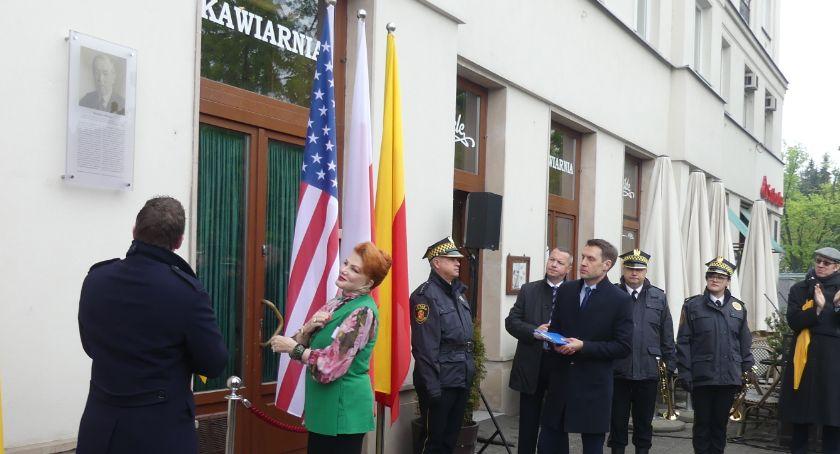 pomniki i ekspozycje, Tablica poświęcona Prezydentowi - zdjęcie, fotografia