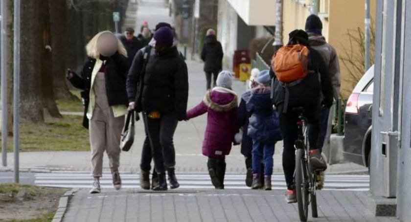 ulice, Piesi opuszczą chodnik - zdjęcie, fotografia