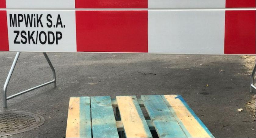 ulice, Uwaga zapadające studzienki jezdni! - zdjęcie, fotografia