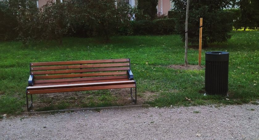 urządzenia publiczne, ławki kosze Zatrasiu - zdjęcie, fotografia