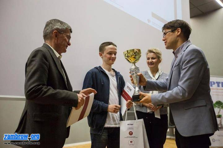 edukacja, Uczeń najlepszy konkursie informatycznym organizowanym przez wyższą uczelnię - zdjęcie, fotografia