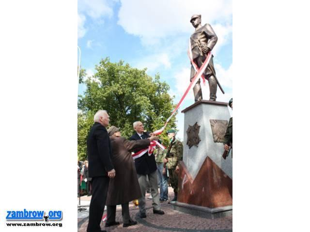 uroczystości obchody, Odsłonięto pomnik Żołnierza Polskiego - zdjęcie, fotografia