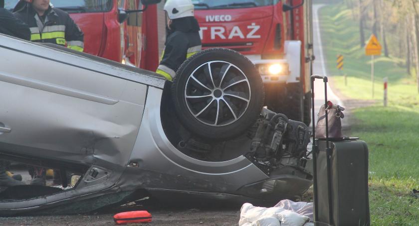 wypadki drogowe, Dachowanie Kierująca przewieziona szpitala [foto] - zdjęcie, fotografia
