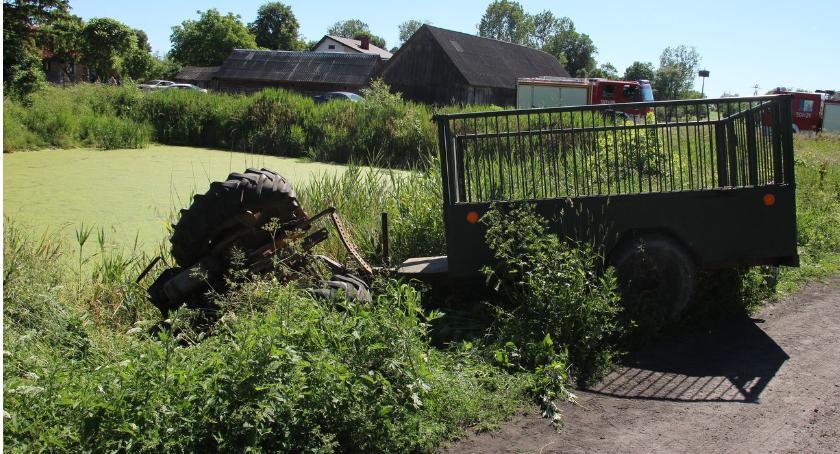 wypadki drogowe , Ciągnikiem stawu [foto] - zdjęcie, fotografia